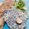 Kép 1/4 - Gravírozott diófa szívecske karkötő