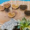 Kép 1/5 - Gravírozott nyírfa szívecske fülbevaló, több színben