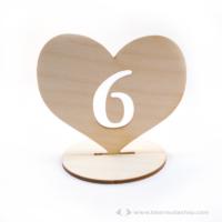 Asztal szám szívben, több színben