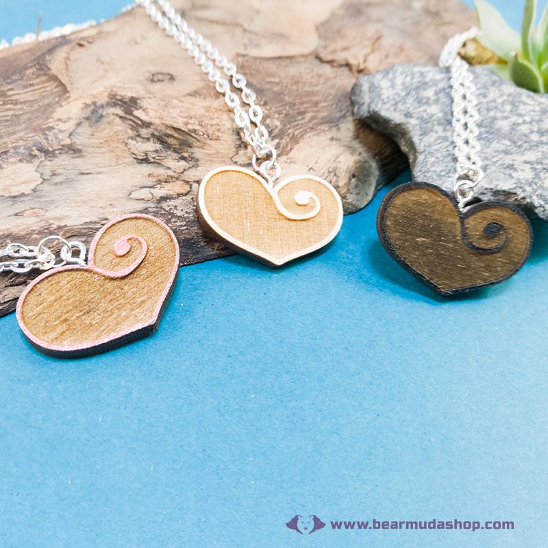 Gravírozott nyírfa szívecske nyaklánc, több színben